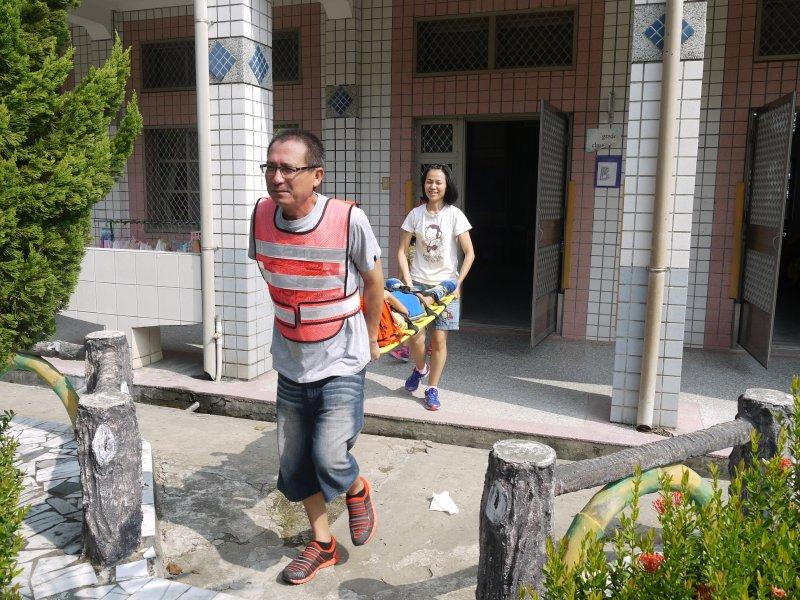 搶救班的護士阿姨和景威叔叔正在救治受傷的小朋友